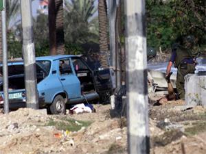 سيارة الشهيد منذر ياسين مدمرة وجثمانه يخضع لتفتيش دقيق من قبل خبراء المتفجرات الصهاينة