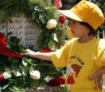 طفل تضع الزهور على أضرحة الشهداء