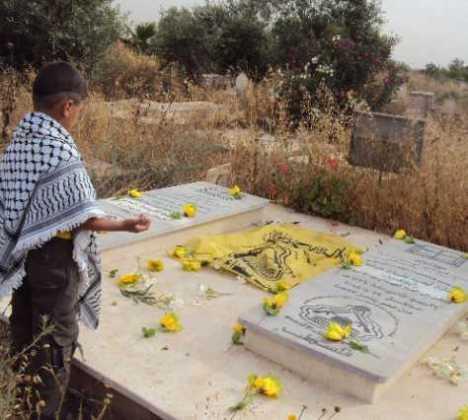 شبل فتحاوي يقرأ الفاتحة على أضرحة الشهيدين مازن عياد وسامي مصبح