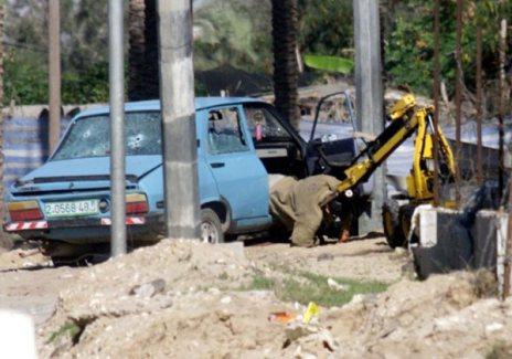 جهاز المتفجرات الإلكتروني الصهيوني ينتشل جثمان الشهيد المجاهد/محمد المدهون خوفا من وجود متفجرا