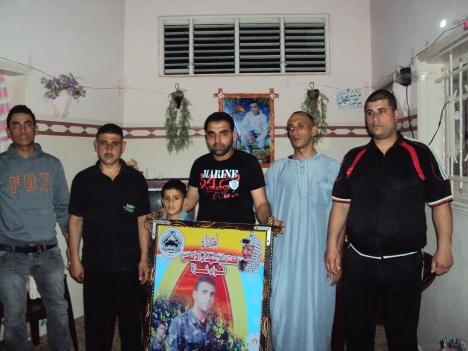 وفد من اللجنة الإجتماعية بكتائب شهداء الأقصى - لواء غزة يزور أسرة الشهيد مهران كامل جندية