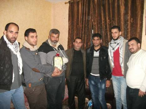 وفد من كتائب شهداء الأقصى – لواء غزة يطمئن على المناضل: صالح بدرية