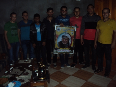 وفد من كتائب شهداء الأقصى – لواء غزة يهنئ الأخ: يحيى عودة بالزفاف